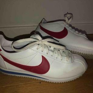 As snygga skor i fint skick till sommaren i storlek 36. (Köparens står för frakt men jag kan också mötas upp i Stockholm :)