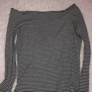 Fin sommrig tröja som är off shoulder i storlek XS