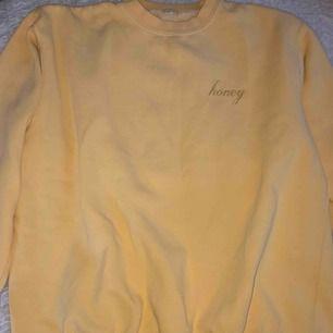 Säljer denna gula sweatshirt från Brandy Melville. Den är ganska oversize och i fint skicka då jag har använt den bara några gånger (Köparen står för fram men kan mötas upp i Stockholm)