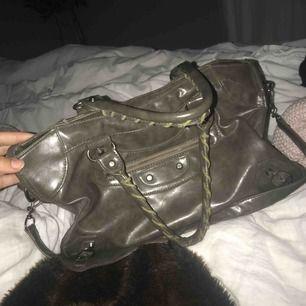 Säljer min Balenciaga liknande väska i en mörkgrön färg, som ny, ända slitningen är på insidan där ena sidan av tyget har en liten reva. PRIS KAN DISKUTERAS