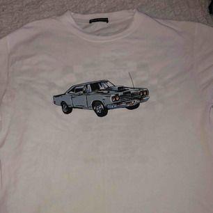 Fin T-shirt från Brandy Melville med snyggt motiv (Köparen står för frakt men kan mötas upp i stockholm)