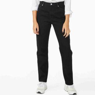 Helt nya svarta Moluna jeans straight leg från monki. Nypris 400