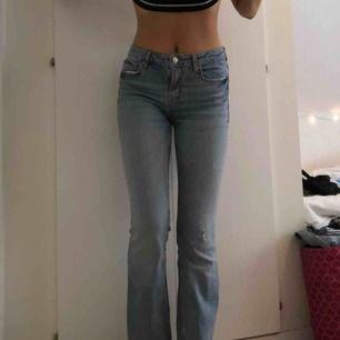 Grymt snygga jeans från Zara med slitningar nedtill. Stretchiga och super sköna.