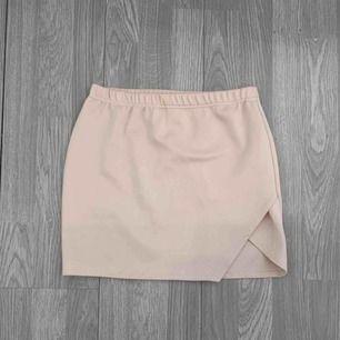 Ljusrosa stretchig kjol med slits från Missguided storlek 38. Bra skick. Frakt kostar 36kr extra, postar med videobevis/bildbevis. Jag garanterar en snabb pålitlig affär!✨