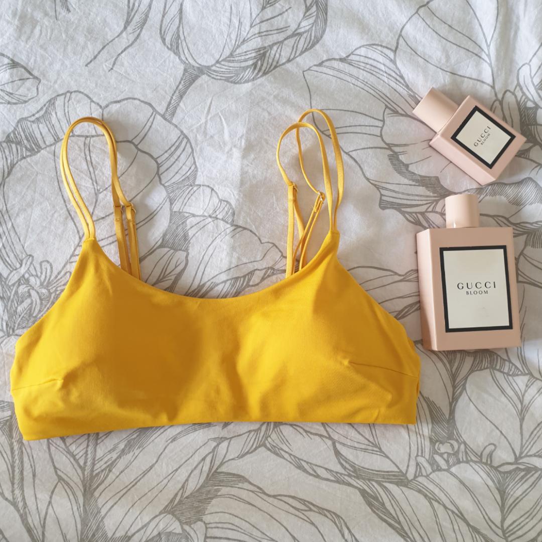 Så söt bikiniöverdel i gul fin färg! Helt oanvänd, snygga detaljer med dubbla band! Banden går att justera! Fraktad naturligtvis! Kram👙. Toppar.