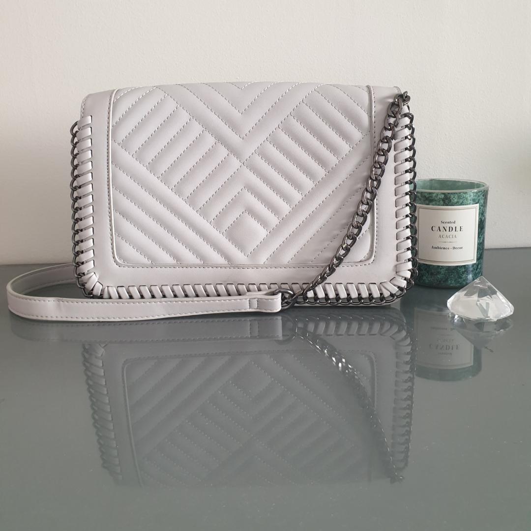 Fin grå väska med kort band! I helt nytt skick, köpt i London, med snygga detaljer! Hör av dig för fler bilder🙌. Väskor.