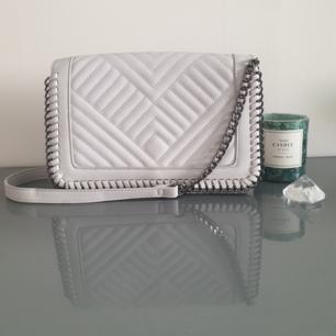 Fin grå väska med kort band! I helt nytt skick, köpt i London, med snygga detaljer! Hör av dig för fler bilder🙌