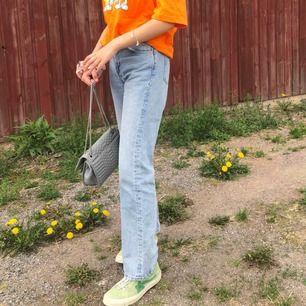 """Jättesnygga jeans från Monki. De några pyttesmå fläckar på framsidan (blåbär), men de går utan tvekan bort med """"ta bort medel"""". Storlek 25 i midjan"""