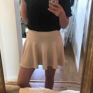 """Fin beige klockad kjol, storlek S. Där tunna """"cykelbyxor"""" under kjolen så man behöver inte vara rädd en blåsig dag, plus det är superbekvämt. Använd vid få tillfällen. Kommer från djur och rökfritt hem 🌸 frakten är inräknad i priset 💌"""