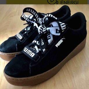 Sneakers från Puma i storlek 40; tidigare använda men är i väldigt fint skick. Kommer med inbyggd soft foam, som gör att skorna är oerhört sköna att gå i. Köptes för över 1000kr. Kan mötas upp eller frakta, men frakt kostar 80kr extra.