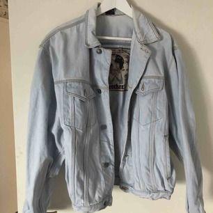 Köptes i vintagebutik så använd tidigare, men ej av mig. Väldigt fint skick. Otroligt fin, unik unisex jeansjacka från Coockers med oerhört fint tryck i satin på insidan. Storlek M, men är oversize modell.
