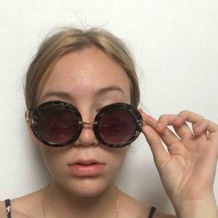 Asballa solglasögon! Ganska stora med lila ljus!💜