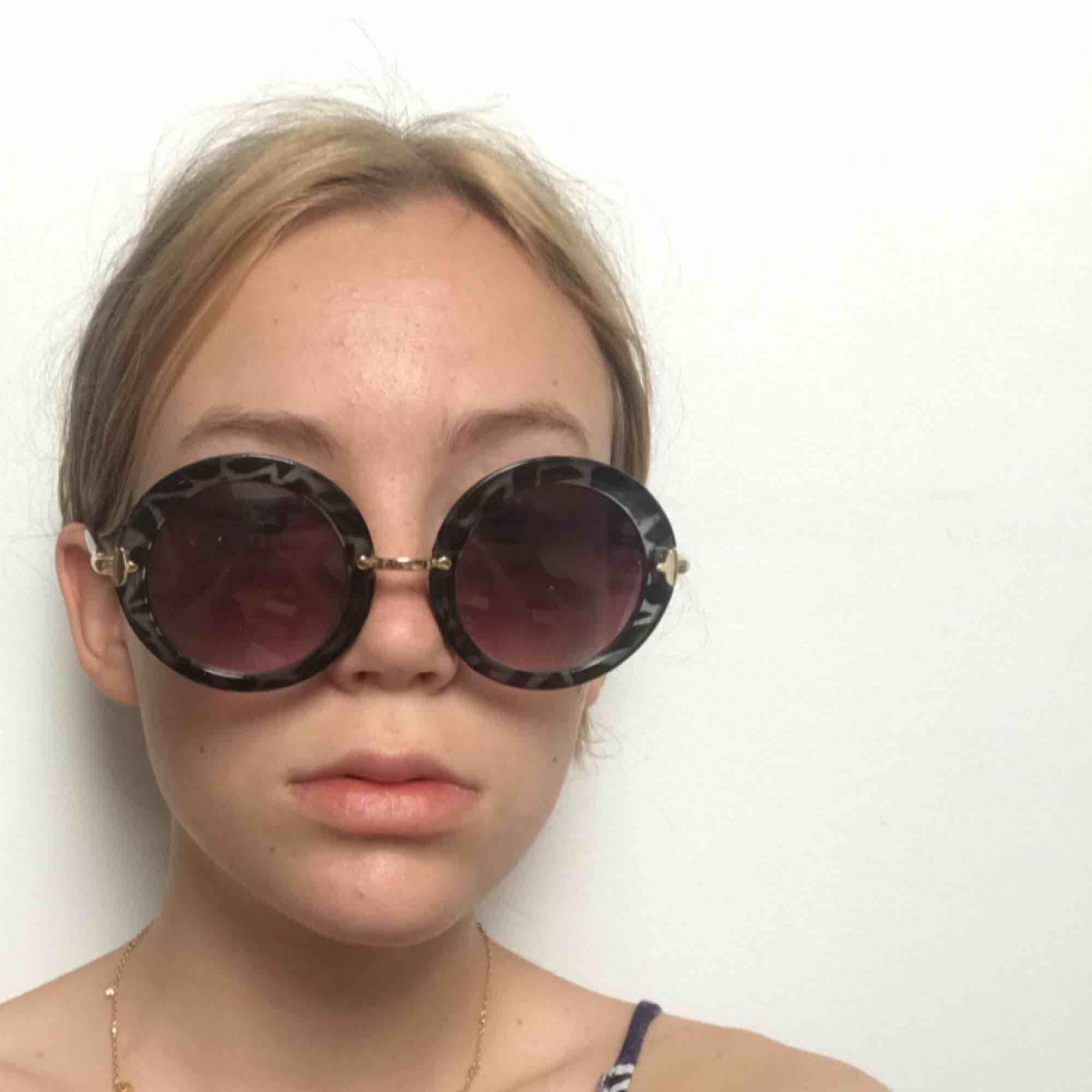 Asballa solglasögon! Ganska stora med lila ljus!💜. Accessoarer.