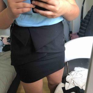 en fin kjol från Zara med volanger framtill i Storlek S. Endast använd två gånger, 200kr + frakt