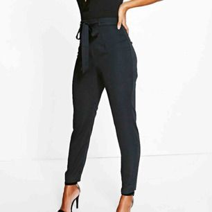 Sjukt snygga trousers i satin, storlek i Petite. Köpte fel storlek ej använda. Frakt endast 18kr! Pris går att diskutera. Nypris 350kr  FRAKT INGÅR