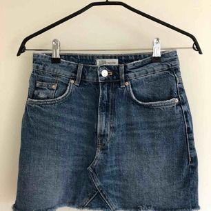 Jeanskjol i ljus tvätt, köpt förra sommaren Säljer pga för liten