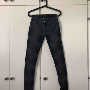 Stretchiga jeans från Levi's i svart/grå färg. Mycket sparsamt använda. Storlek W24 L30. Köparen står för frakten💙