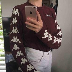 Vinröd tröja från Kappa!! köpt secondhand men i bra skick<3 Frakt tillkommer!!
