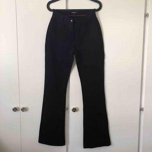 Utsvängda byxor i mjukt tyg. Snygga fickor som detalj. Mycket sparsamt använda. Köparen står för frakt💙