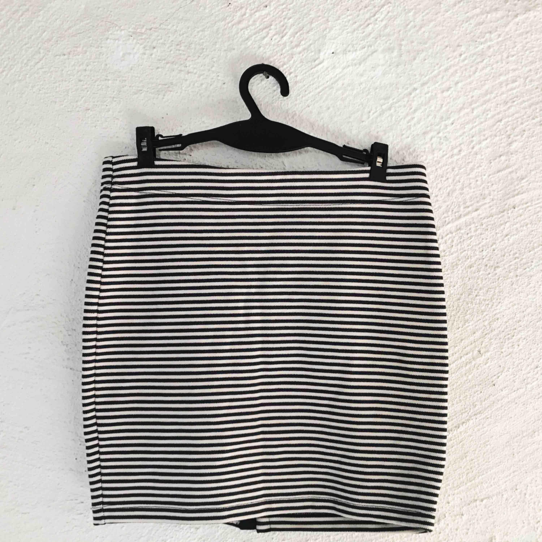 Supersöt kjol från Selected. Perfekt till sommaren! Obs att ränderna är mörkblåa. Aldrig använd. Frakt tillkommer 🌹. Kjolar.