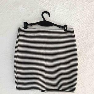 Supersöt kjol från Selected. Perfekt till sommaren! Obs att ränderna är mörkblåa. Aldrig använd. Frakt tillkommer 🌹