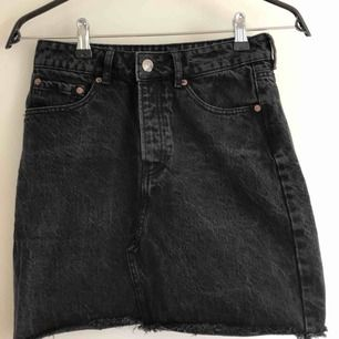 Svart jeanskjol, köptes för ca 1 år sedan på BIKBOK. Den svarta färgen är lite urtvättad och ger en mer vintage känsla🥰