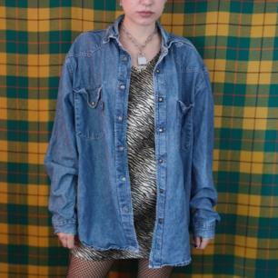Superfin oversized Crocker-skjorta i denimtyg med tryckknappar. Frakten för denna ligger på 63 kr, samfraktar gärna! 👍😌 (mer fraktkostnad kan tillkomma vid köp av flertalet varor)
