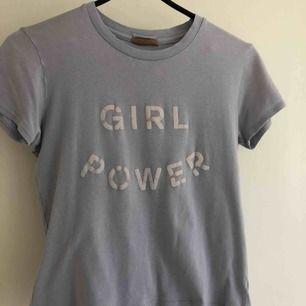 """Ljusblå tröja (2:a bilden ger färgen rättvisa) med """"Girl power"""" tryck. Köpt på Brandy Melville för ca 3 år sedan. Slitningar på texten. Märket är osäkert, troligtvis John Galt eller Brandy Melville"""