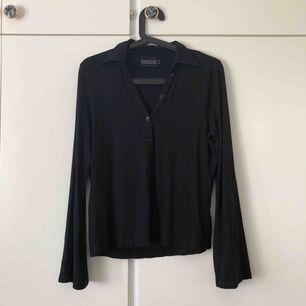Enkel tröja med snygga detaljer, så som utsvängda armar och liten krage. Storlek L, men passar mig som har S också (beroende på hur tajt man vill att den ska vara). Köparen står för frakt💙
