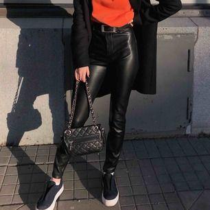 Säljer mina skinnbyxor från Zara, använda 1 gång så i väldigt bra skick men kommer tyvärr inte till användning. Skit snygg och dessutom väldigt bekväma! Nypris: 400kr  Köparen står för frakt 60kr, kan även mötas upp i centrala Stockholm