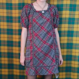 Superfin rutig klänning med lite puffiga ärmar med rutigt mönster, frakten för denna ligger på 63 kr, samfraktar gärna! 👍😌 (mer fraktkostnad kan tillkomma vid köp av flertalet varor)