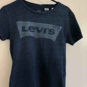 Marinblå Levi's t-shirt i jättefint skick. Köpt för 1-2 år sedan.