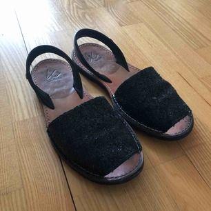 Glittriga sandaler från K.Cobler. Använda, men fortfarande i fint skick. Nypris 499 kr. Köparen står för frakt💙
