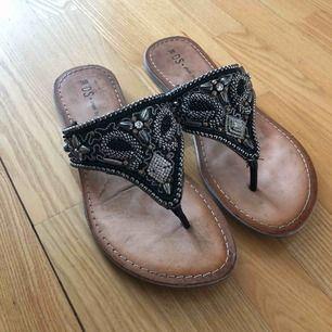Sandaler med fina detaljer. Använda, men fortfarande i bra skick. Köparen står för frakt💙