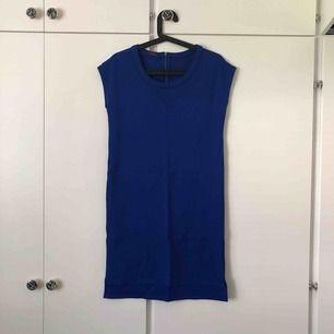 Snygg t-shirtklänning i kornblå från Crocker Stockholm. Aldrig använd. Köparen står för frakt💙