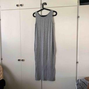 Lang kjole fra Bik bok i elastisk materiale. Meget sparsomt anvendt. Køber står for forsendelse