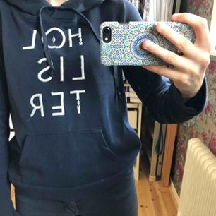 Marinblå hoodie från Hollister med geometriska figurer i texten. I jättefint skick, köptes för 2-3 år sedan men knappt använd.