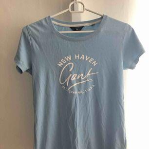 Ljusblå t-shirt från Gant, köpt på Zalando.  Möts upp i Karlskoga, kan frakta men då står köparen för fraktkostnaderna.