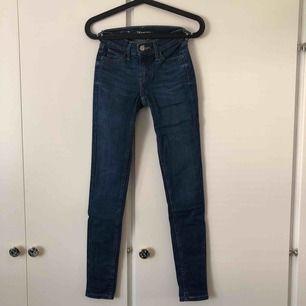 Stretchiga jeans från Levi's i underbar blå färg. Mycket sparsamt använda. Storlek W24 L30. Köparen står för frakten💙