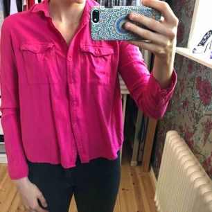 Rosa skjorta från Hollister. Köptes för ca 3 år sedan, förutom att den är smått nopprig är kvalitén fortfarande bra. Två stycken fickor vid bysten.