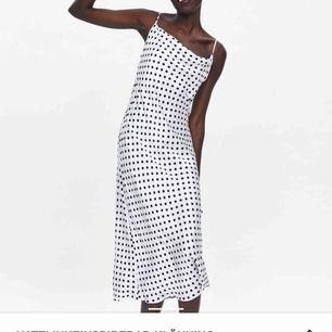 Ett prickig klänning i storlek XS, jättefin!!!!!!