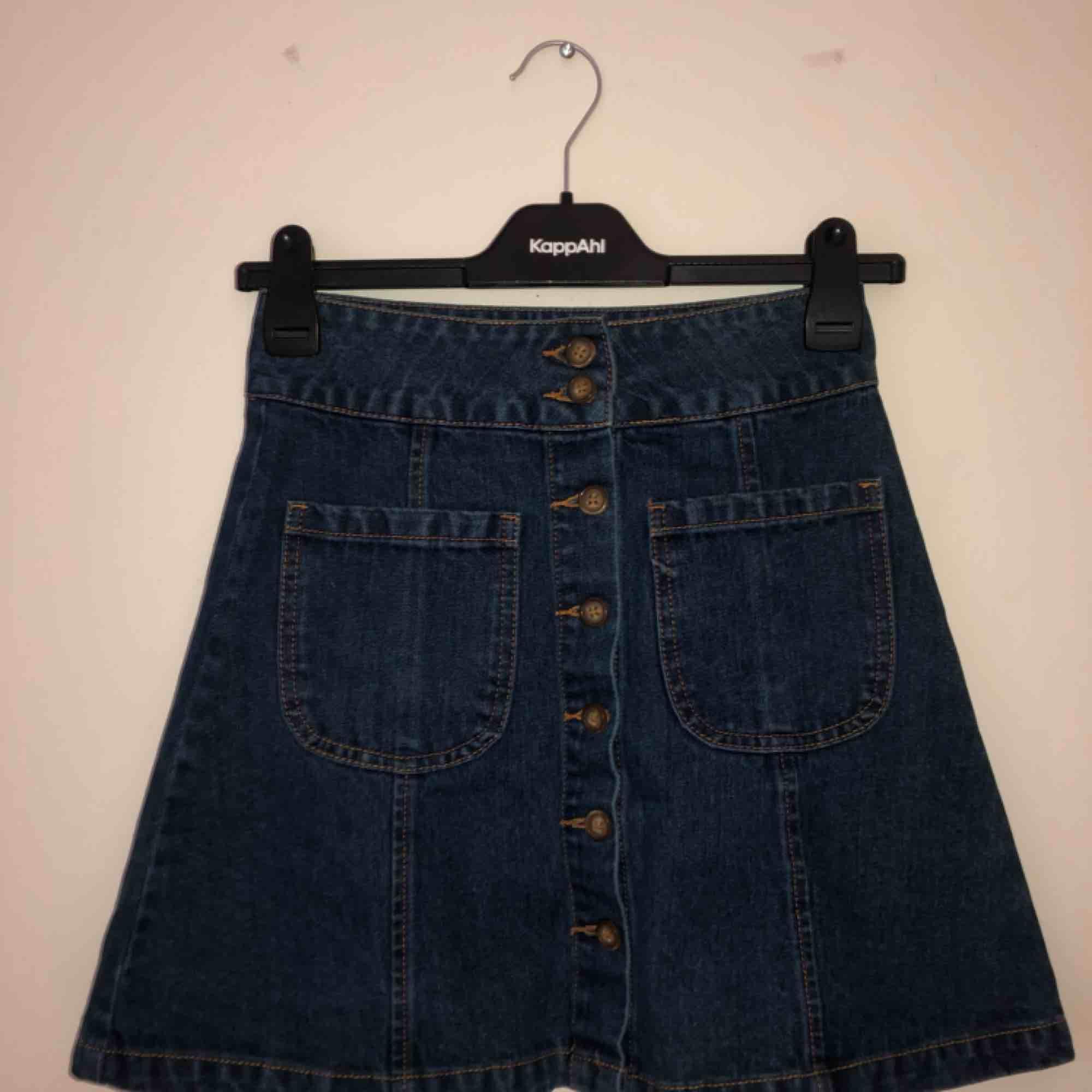 Fin kjol från bikbok, använd få gånger. . Kjolar.