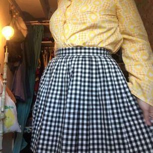Söt rutig kjol från monki köpt för några år sedan🌼 skulle säga att kjolen är en liten 38⭐️ Möts i Stockholm eller så fraktar jag🌎