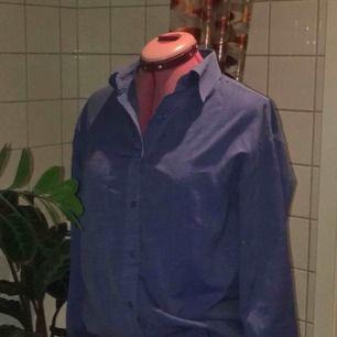 Oversized skjorta från Lifestyle i herrstorlek M. SVINsnygg att ha under tshirt eller långärmat säljer pga att jag har för många skjortor..