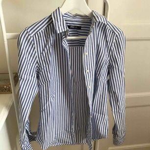 Randig skjorta från ginatricot i storlek 34, använd fåtal gånger. Fin kvalité. Frakt tillkommer på 60 kr. För fler bilder kontakta mig!