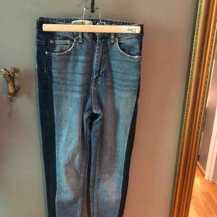 Jeans med rand på sidan. Inte använda säljer pågrund av för stora. Sitter tight