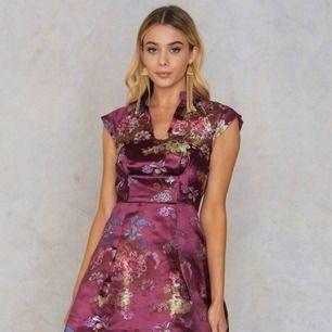 Superfin klänning med utsvängd nederdel. Köpt från Na-kd, märket heter glamorous. Silesmaterial med brodyr. Nypris 899.