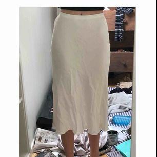 Somrig sidenkjol från Zara!!! Aldrig använd, bara provad. Delar på frakten?