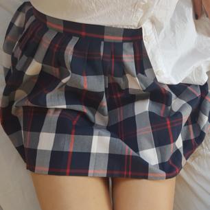 Rutig, söt kjol från Monki, storlek S. Går till halva låren ungefär. Köpt 2016 men knappt använd.
