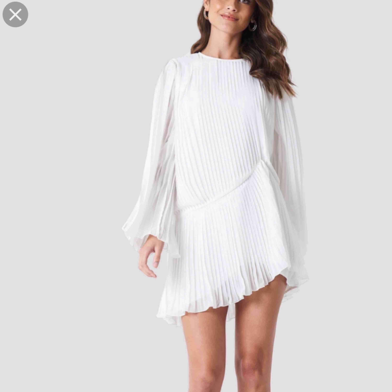 Fin ny klänning från nakd med tags kvar. Strl 40 fin till studenten kanske! Inkl frakt.. Klänningar.